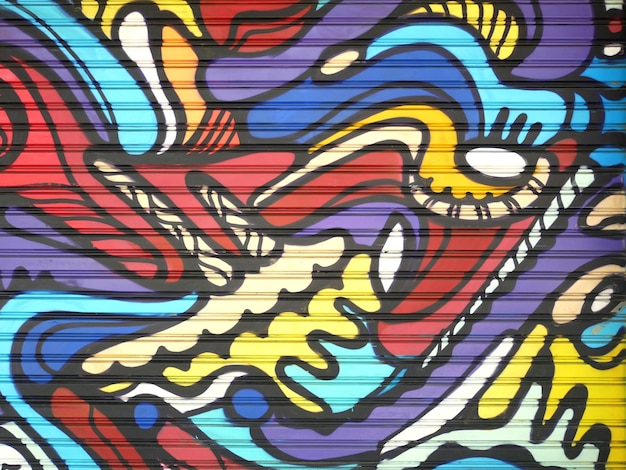 Металлические ворота, украшенные граффити в стиле уличного искусства