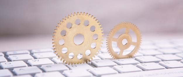 コンピューターのキーボードの金属製歯車。