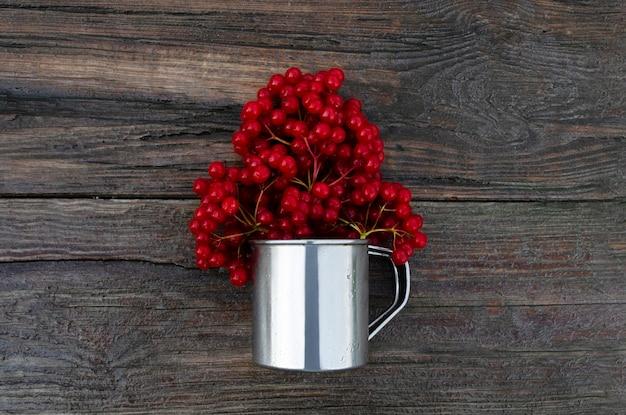나무 판자에 열매와 금속 유리 가막살 나무속 베리 가을 배경 가을 배경