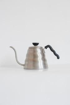 Металлический чайник с гусиной шеей, изолированные на белом фоне