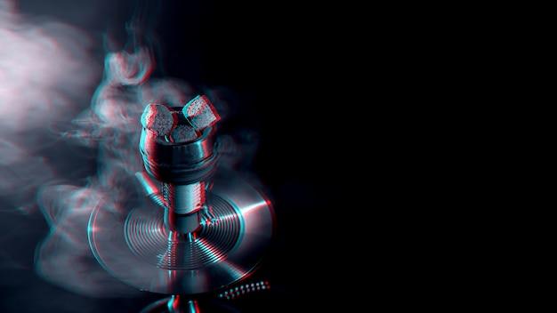 Металлическая чаша для кальяна с углями в темноте с дымом