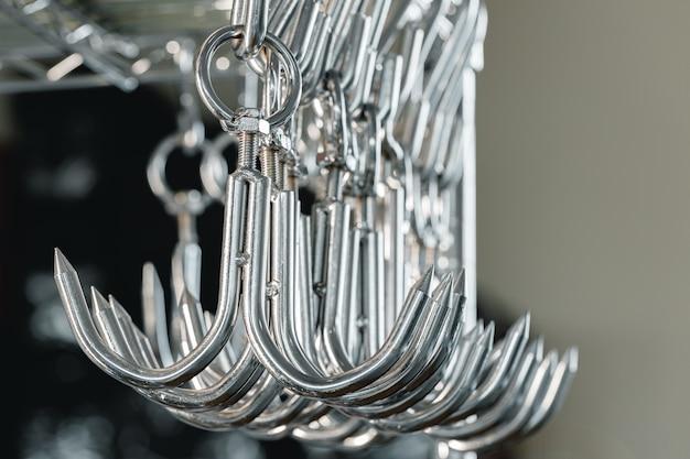 業務用厨房に並んだ金属製のフックやハンガーをクローズアップ