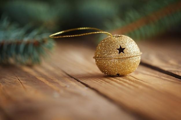 복사 공간, 선택적 초점 나무 테이블에 별 금속 징글 벨. 크리스마스 배경