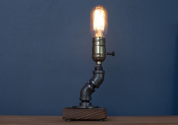 Металлический светильник-ночник в стиле лофт с ретро-лампой в интерьере квартиры.