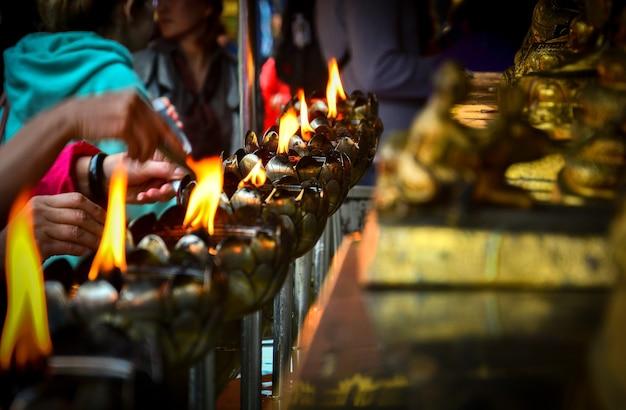 仏教寺院で仏を崇拝するためのキャンドルとオイルと蓮の形の金属灯籠