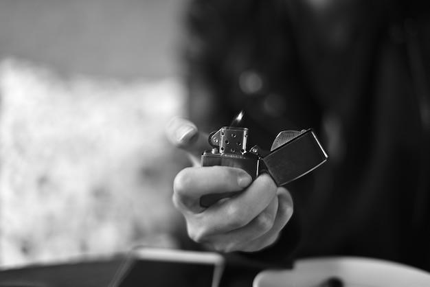 Металлическая зажигалка в руке