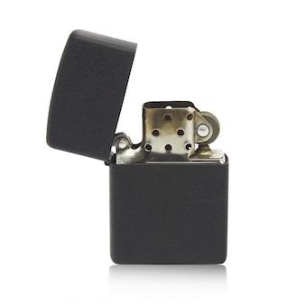 Металлическая зажигалка, изолированных на белом фоне, черный цвет