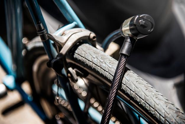 Serratura di metallo su una ruota di bicicletta