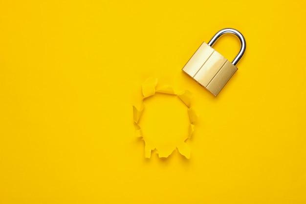 노란색에 고립 된 금속 자물쇠