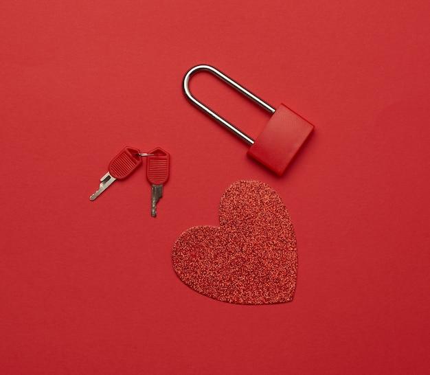Металлический замок с ключами и красным бумажным сердцем
