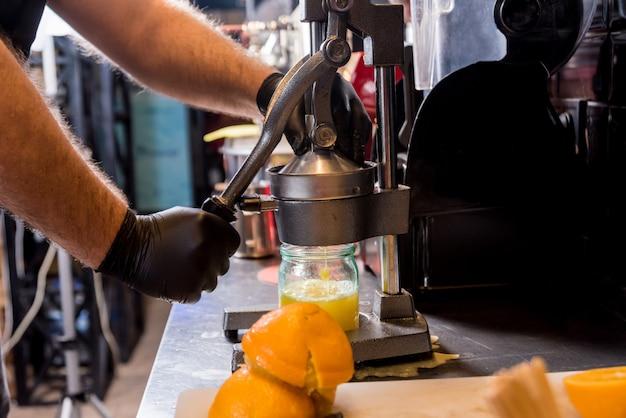 Металлическая ручная соковыжималка. приготовление свежевыжатого апельсинового сока