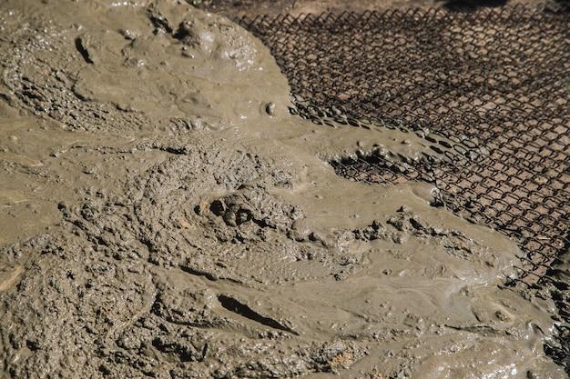 庭の小道をセメントで固めるために床に配置された金属メッシュ