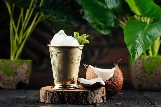ココナッツアイスカクテルのメタルマグ