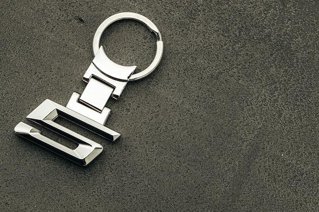 暗いコンクリートの背景に金属番号5車のキーをクローズアップ
