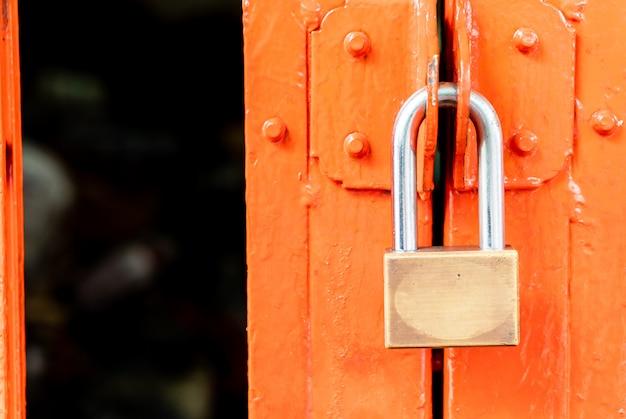 ドアの金属製南京錠