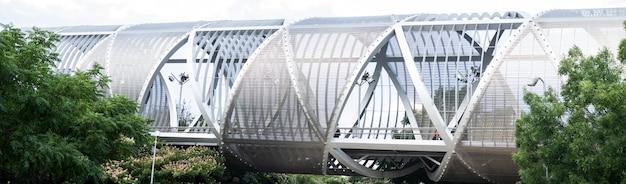 大都市の金属製の歩道橋