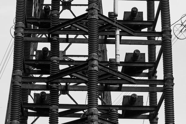 실험용 고압 전선의 금속 기둥