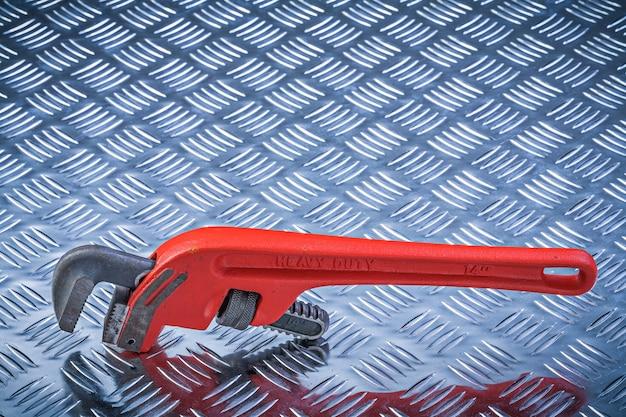 Металлический трубный ключ на концепции обслуживания гофрированной металлической пластины