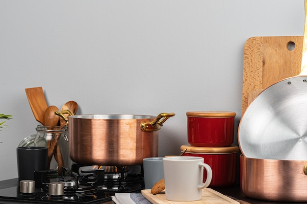 家庭の台所のガスストーブバーナーの金属鍋をクローズアップ