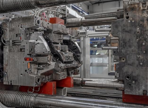 工場の自動車産業向けのプラスチック鋳造用金属プレス。インダストリー4.0