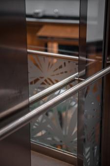 Ringhiera in metallo su edificio moderno