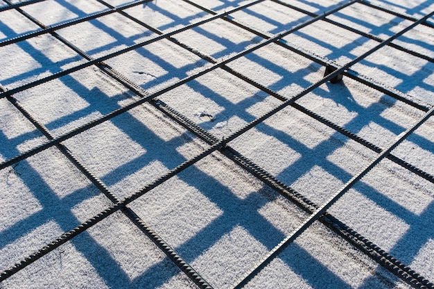 Армированная сетка на стройке зимой