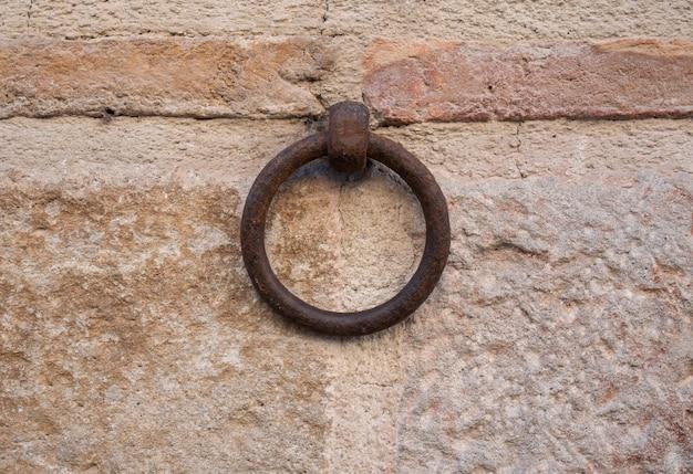壁の金属リング