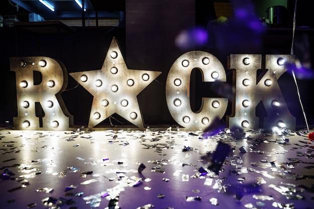 Металл рок надпись и железная звезда на вечеринке.