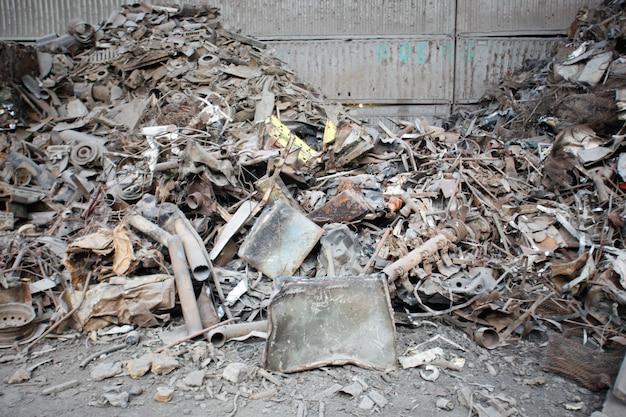 Металлолом над ржавыми железными отходами на свалке. железное сырье готово к переработке.