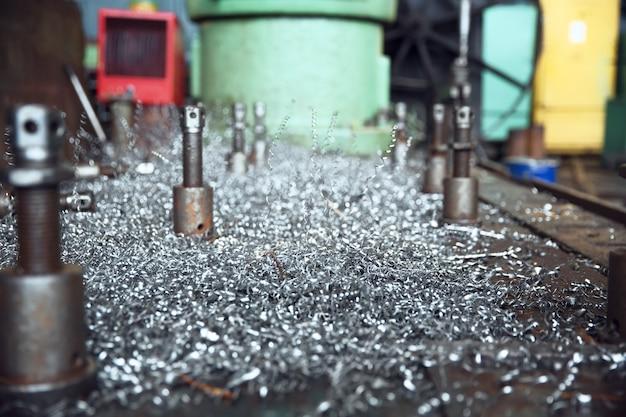 旋盤のクローズアップ、金属加工工場の金属の削りくず。金属製造、プラントをオンにする金属加工