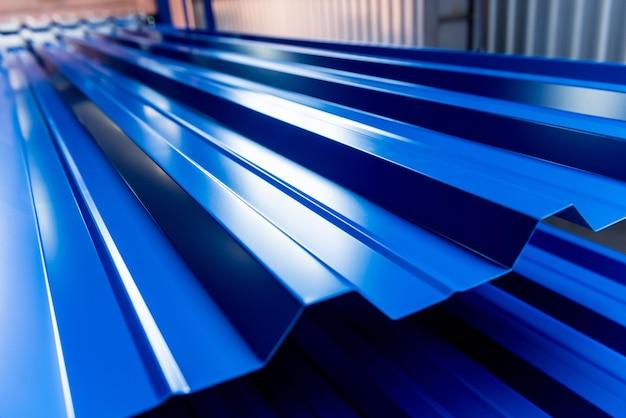 Металлический лист на современном слесарном заводе.