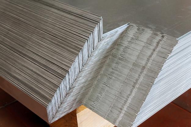 Гибка листового металла. изделия из листового металла после процесса гибки укладываются на поддон.