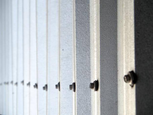 너트의 금속 시트 어둡고 밝은 배경 라인