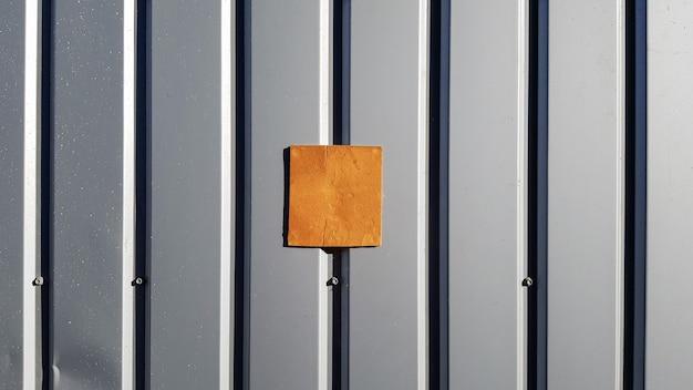 지붕 및 배경 벽용 금속 시트. 곡선 금속 질감, 강판 테이블. 아트 배경에 대한 선택적 포커스 텍스처는 텍스트 또는 그래픽 디자인을 추가합니다. 은색 골판지 금속 시트 도어