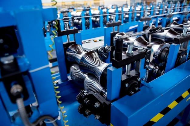 Профилегибочная машина для листового металла на современном слесарном заводе.
