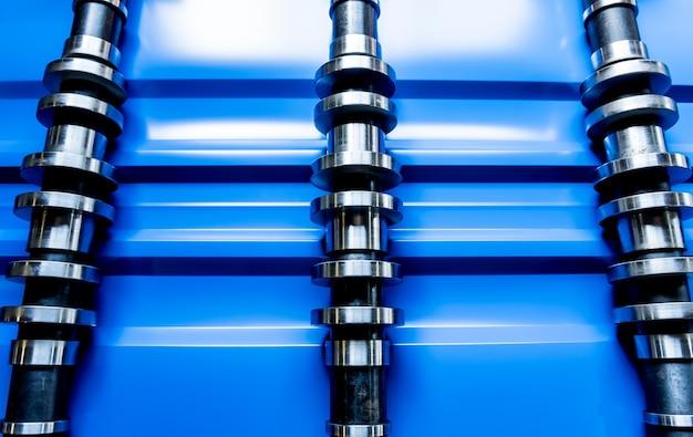 Профилегибочная машина для листового металла на современном слесарном заводе