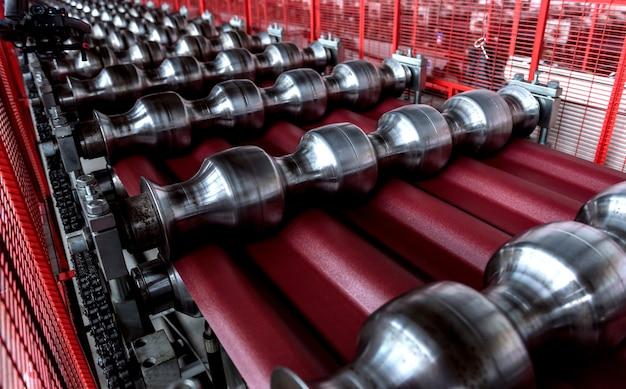 현대 금속 공장에서 금속 시트 성형 기계.