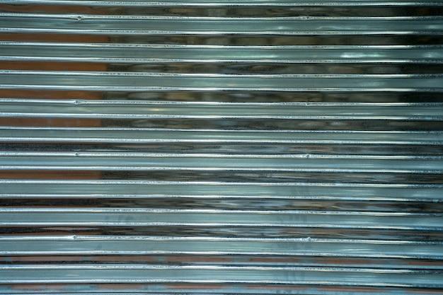 背景の金属板壁