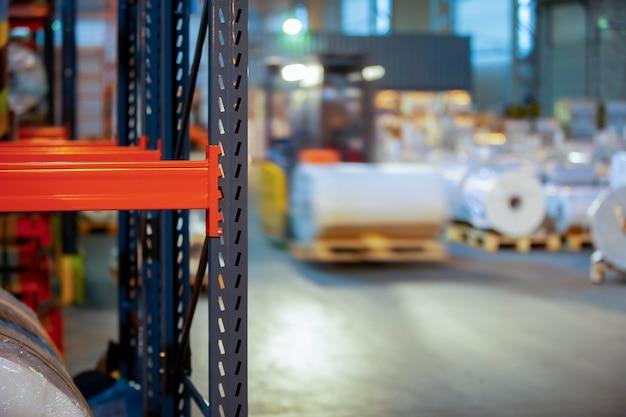 Металлические полки для хранения на фоне склада.