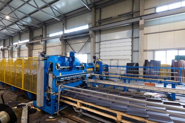 収納ラック用の金属製棚。金属プロファイルの生産のためのプラントの製品、積み重ねられた製品