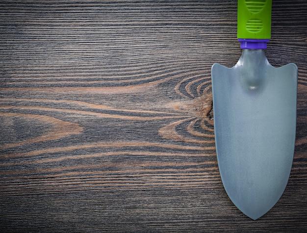 ヴィンテージの木製ボード上の金属のシャベル