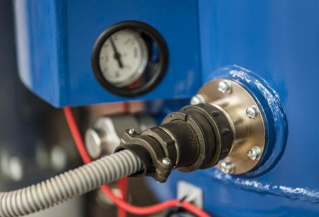 プラスチックケースの電源ケーブルを接続するための電圧計付きデバイスの溶接ケースの金属ソケット