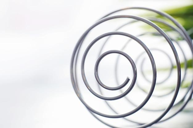 Металлическая спираль. концепция бесконечных поворотов. золотое сечение. понятие воспоминаний и жизненного пути.