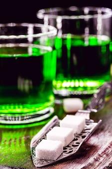 ガラスと砂糖白砂糖でアブサンを準備するために使用される金属スプーン