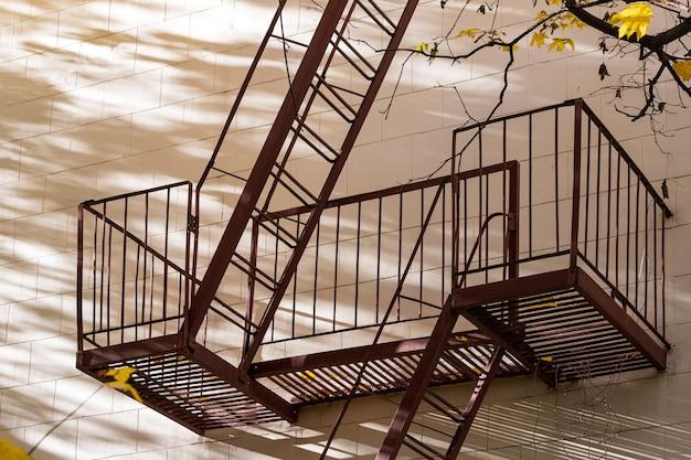 高層ビルの非常口用の金属製階段