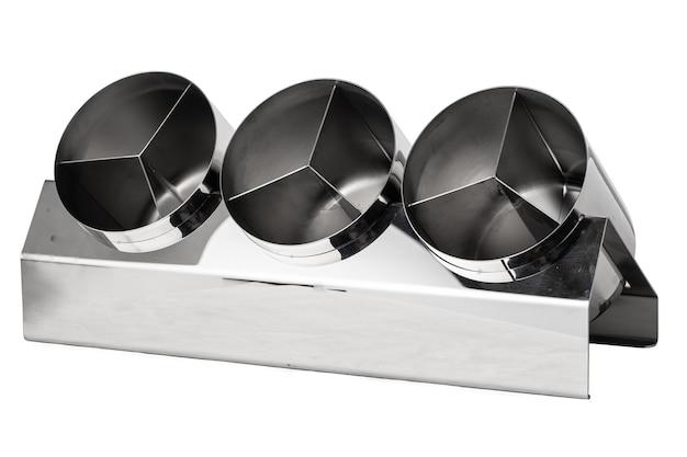 Металлическая подставка для столовых приборов, изолированные на белом фоне
