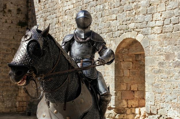 馬に座っている兵士の金属像