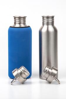 Металлические стальные фляги для воды на белом. металлическая посуда для питья