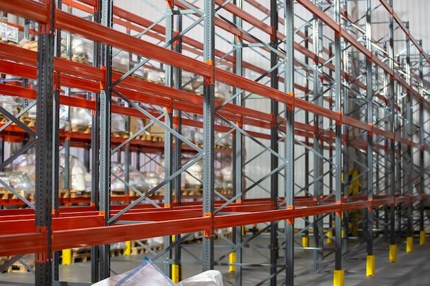 Металлическая конструкция складских полок для хранения продуктов.