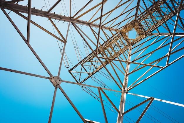 Металлическая конструкция для поддержки высоковольтных электрических кабелей на открытом воздухе